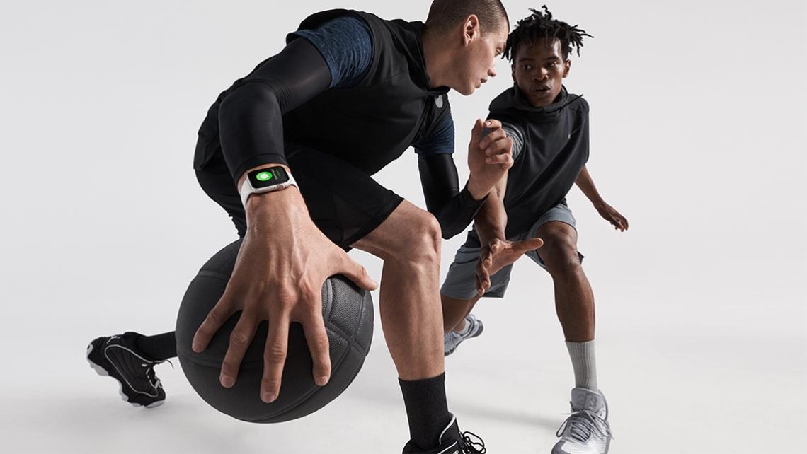 apple-watch-series4_basketball-lifestyle_09122018_0-2.jpg