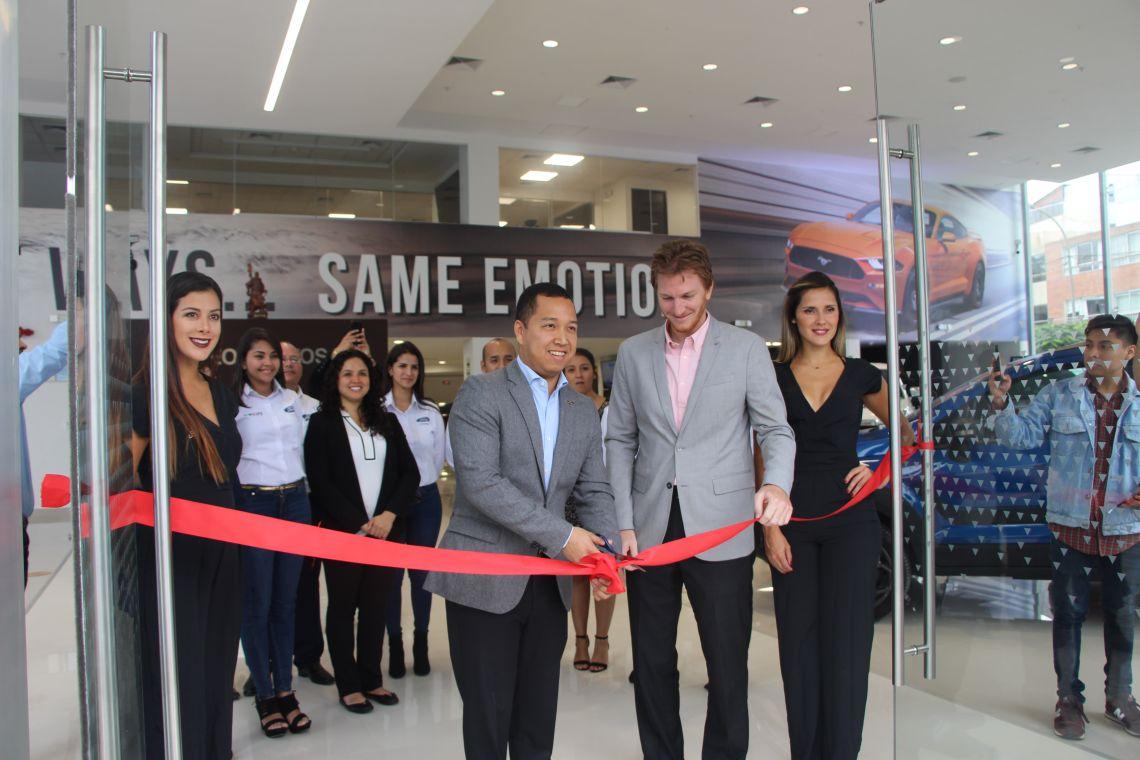 Ford Perú - Inauguración León Autos - Corte de Cinta.JPG