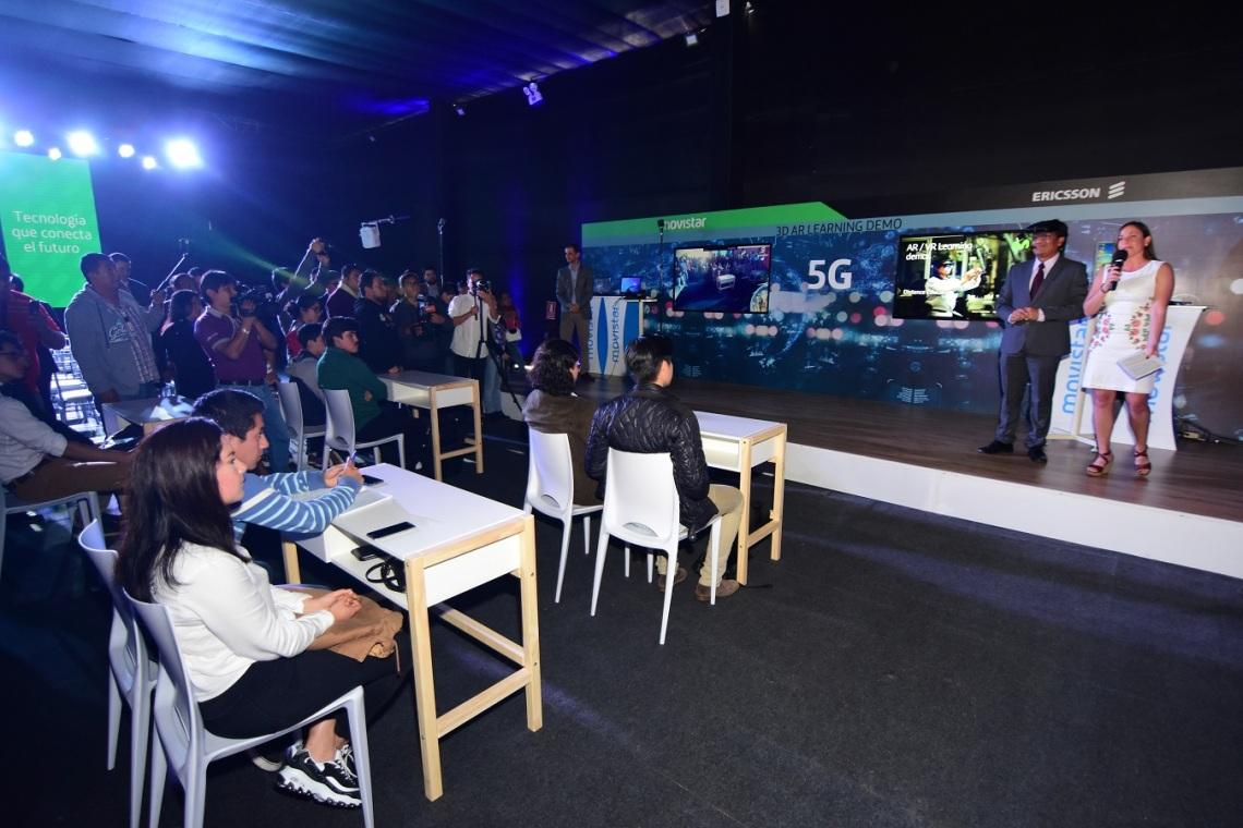 Foto 2. El profesor Juan Cadillo liderando clase digital con realidad aumentada en 5G.JPG