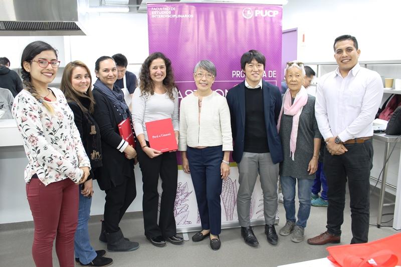 Dra Ninomiya junto a organizadores de la PUCP - UIC y personal de Ajinomoto del Perú.JPG